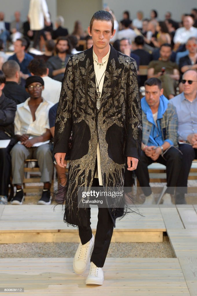 model-walks-the-runway-at-the-alexander-mcqueen-spring-summer-2018-picture-id800809112