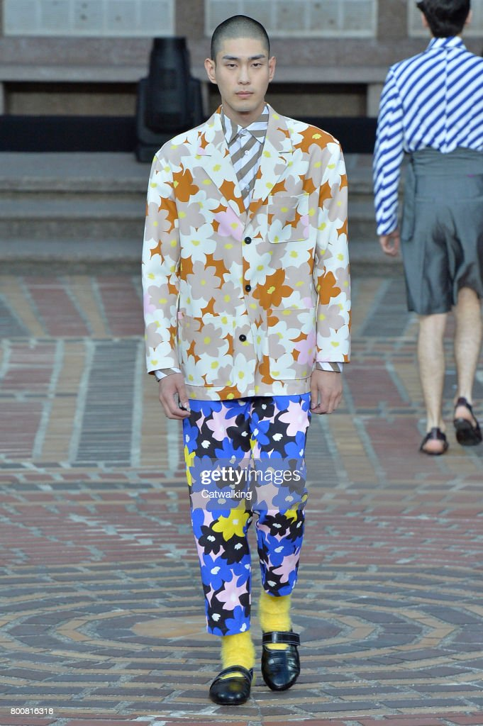 model-walks-the-runway-at-the-kenzo-spring-summer-2018-fashion-show-picture-id800816318