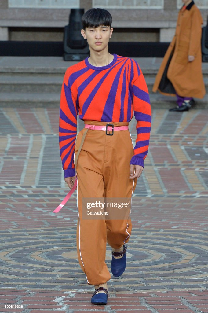 model-walks-the-runway-at-the-kenzo-spring-summer-2018-fashion-show-picture-id800816338
