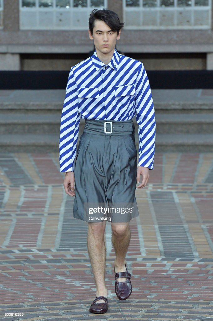 model-walks-the-runway-at-the-kenzo-spring-summer-2018-fashion-show-picture-id800816386