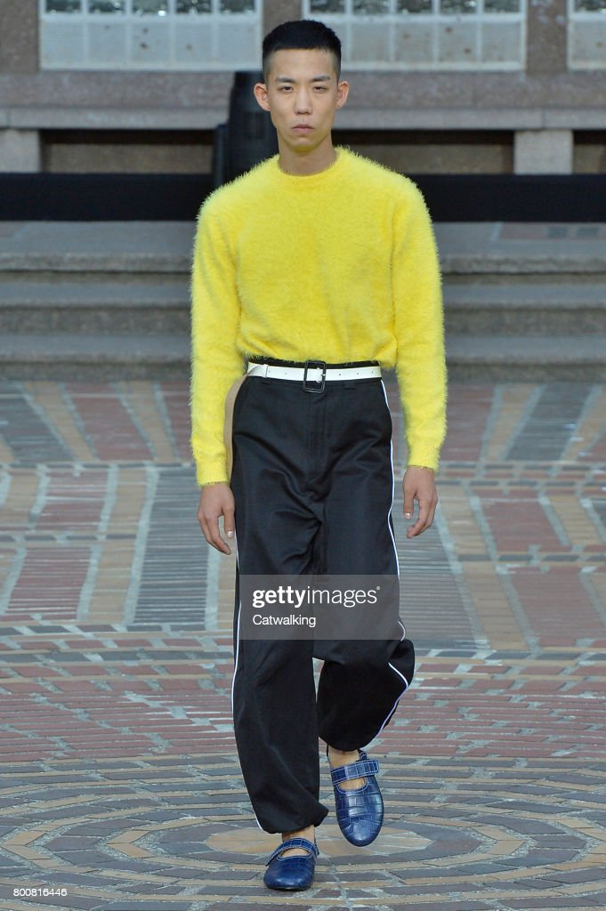 model-walks-the-runway-at-the-kenzo-spring-summer-2018-fashion-show-picture-id800816446