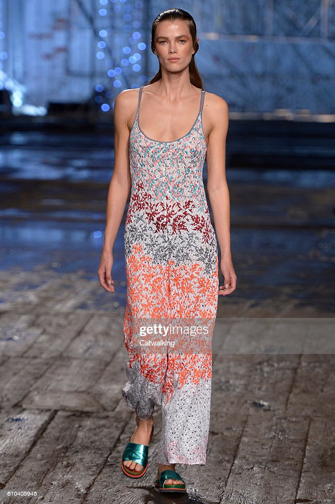 model-walks-the-runway-at-the-missoni-spring-summer-2017-fashion-show-picture-id610405946