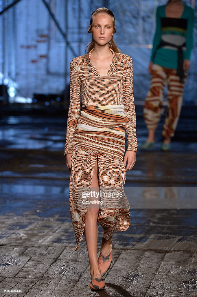 model-walks-the-runway-at-the-missoni-spring-summer-2017-fashion-show-picture-id610406004