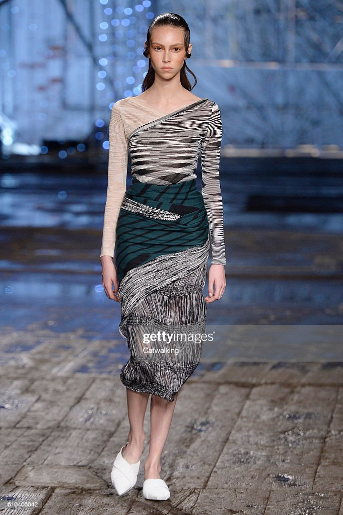 model-walks-the-runway-at-the-missoni-spring-summer-2017-fashion-show-picture-id610406042