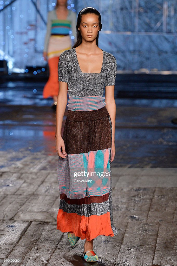 model-walks-the-runway-at-the-missoni-spring-summer-2017-fashion-show-picture-id610406080