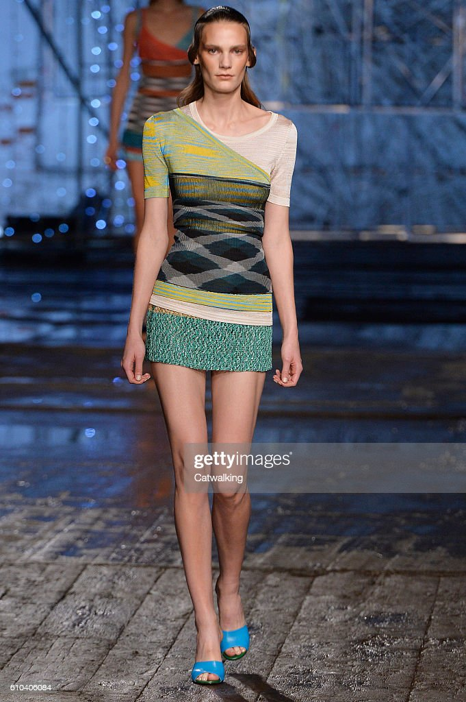 model-walks-the-runway-at-the-missoni-spring-summer-2017-fashion-show-picture-id610406084