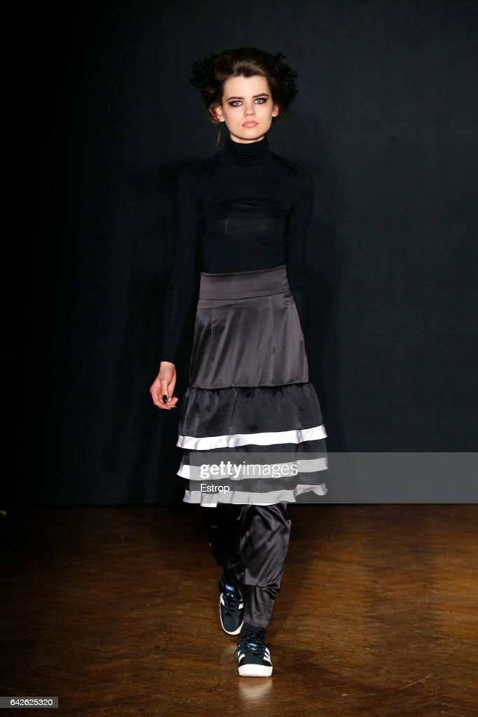 model-walks-the-runway-at-the-ppq-designed-by-amy-molyneaux-percy-picture-id642625320