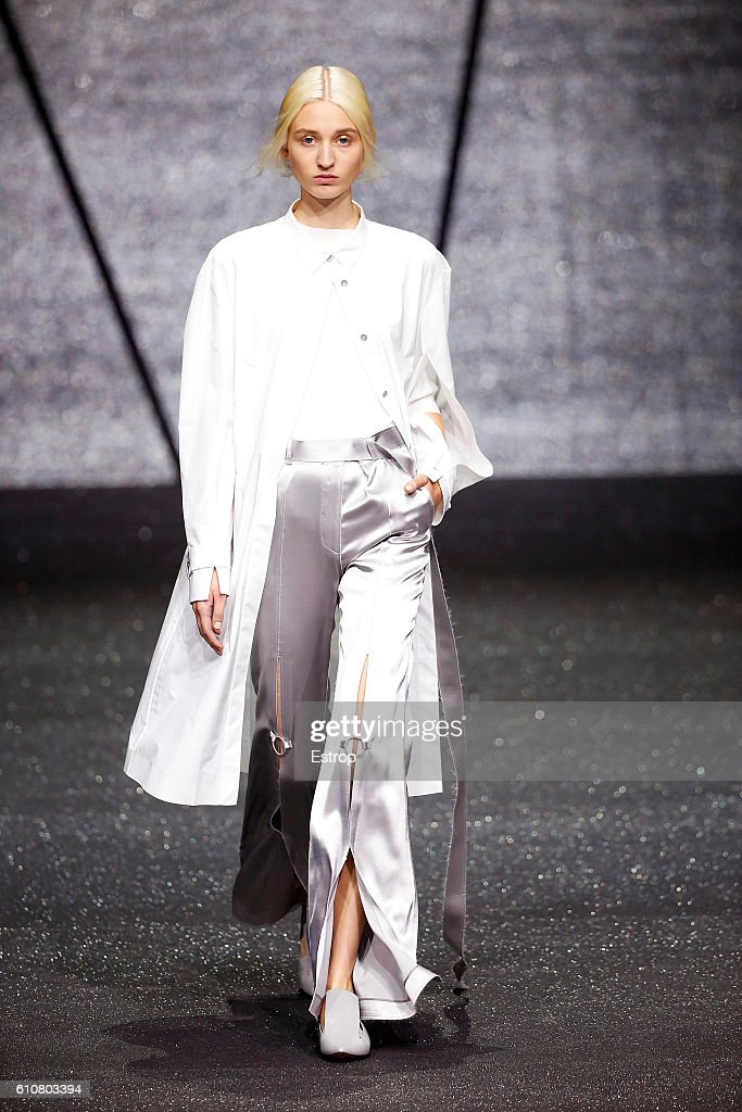 model-walks-the-runway-at-the-ricostru-designed-by-rico-manchit-au-picture-id610803394