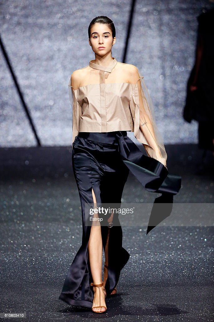 model-walks-the-runway-at-the-ricostru-designed-by-rico-manchit-au-picture-id610803410