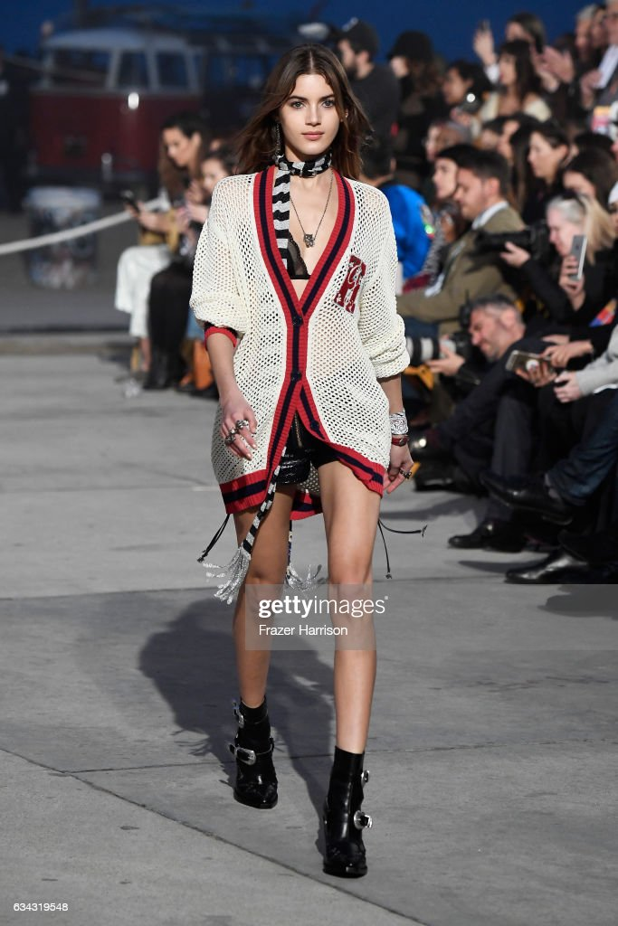 model-walks-the-runway-at-the-tommyland-tommy-hilfiger-spring-2017-picture-id634319548