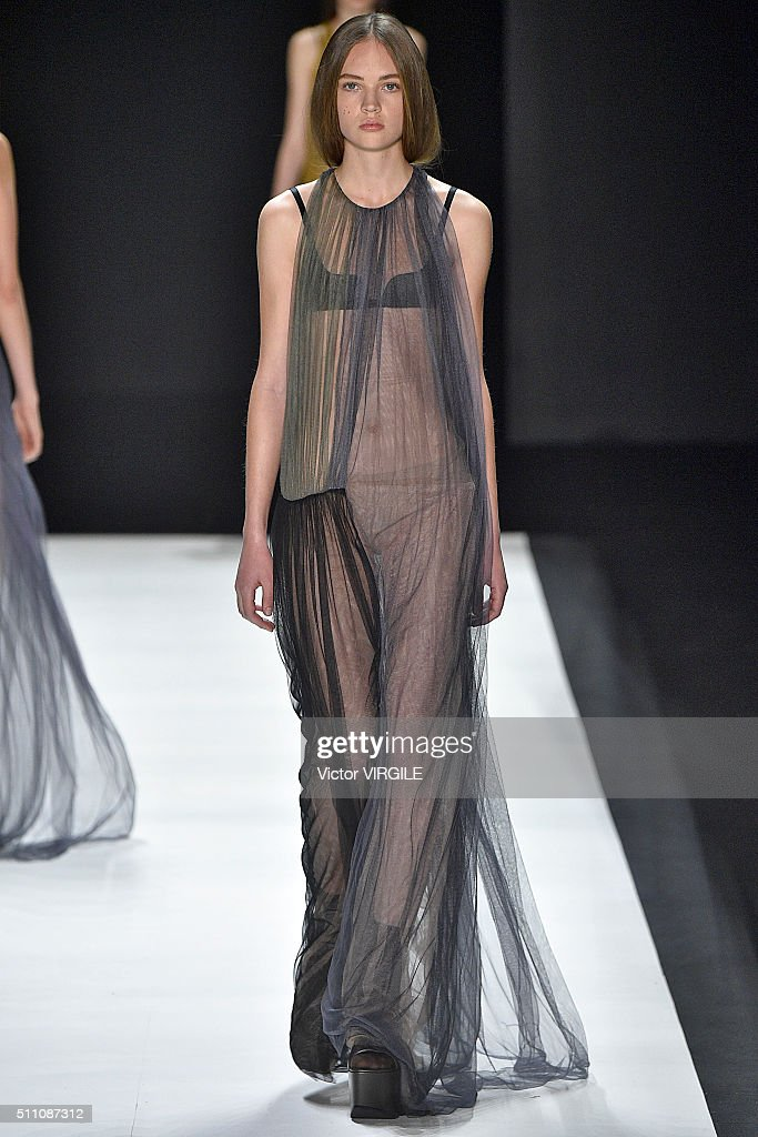 Vera wang runway fall winter 2016 new york fashion for Runway fashion show video