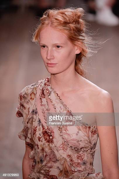 A model walks the runway during the Alexander McQueen show as part of the Paris Fashion Week Womenswear Spring/Summer 2016 >> on October 4 2015 in...