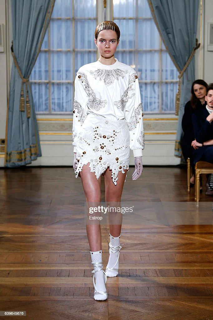 model-walks-the-runway-during-the-francesco-scognamiglio-spring-2017-picture-id639645676