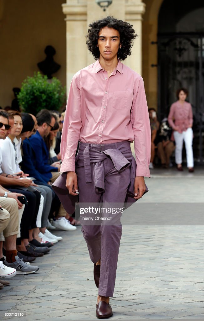 model-walks-the-runway-during-the-officine-generale-menswear-2018-picture-id800712110