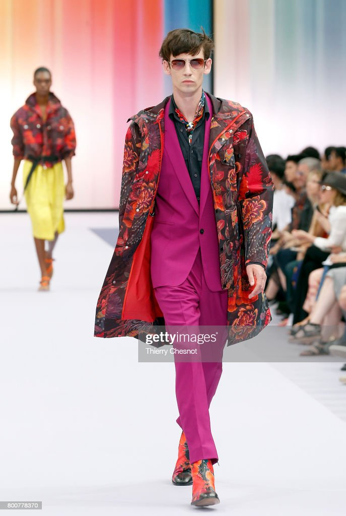 model-walks-the-runway-during-the-paul-smith-menswear-springsummer-picture-id800778370
