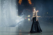 Saint Laurent : Runway - Paris Fashion Week -...