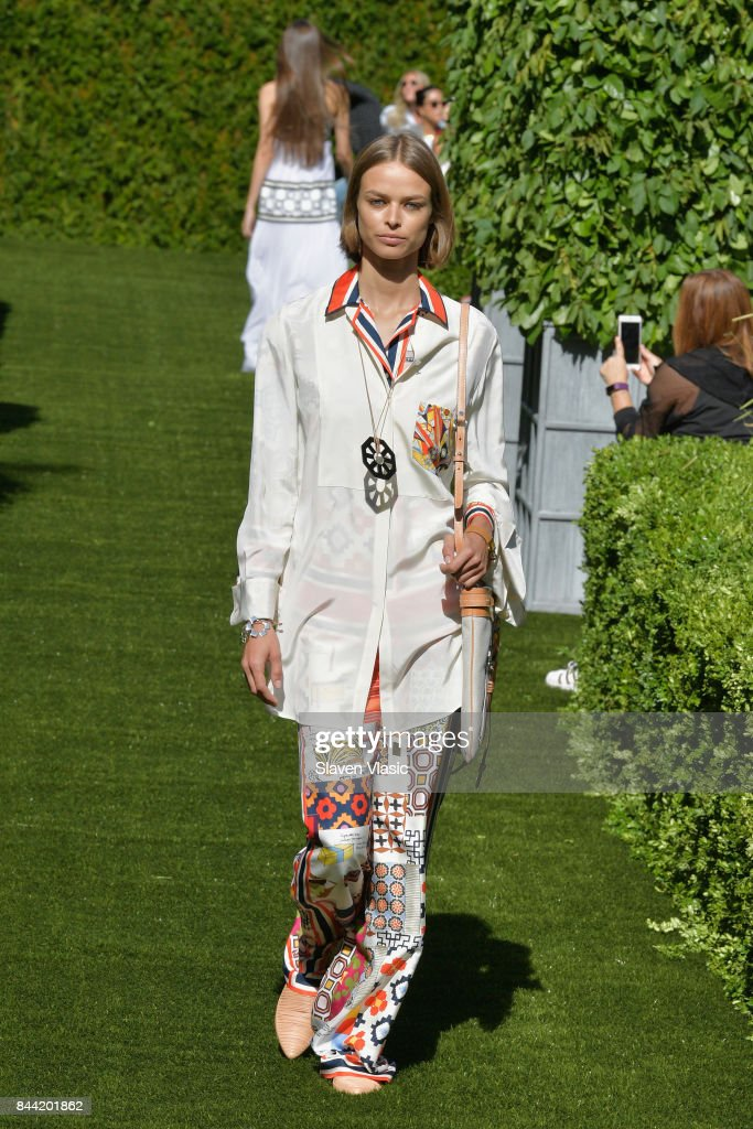 model-walks-the-runway-during-the-tory-burch-spring-summer-2018-show-picture-id844201862