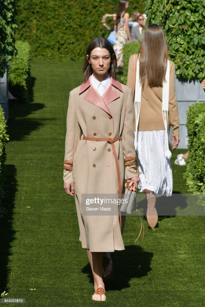 model-walks-the-runway-during-the-tory-burch-spring-summer-2018-show-picture-id844201870
