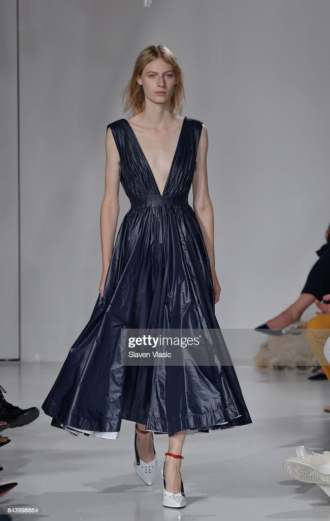model-walks-the-runway-for-calvin-klein-collection-fashion-show-new-picture-id843998864
