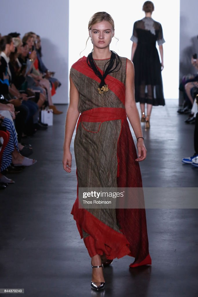 model-walks-the-runway-for-vaishali-s-ss2018-runway-new-york-fashion-picture-id844370240
