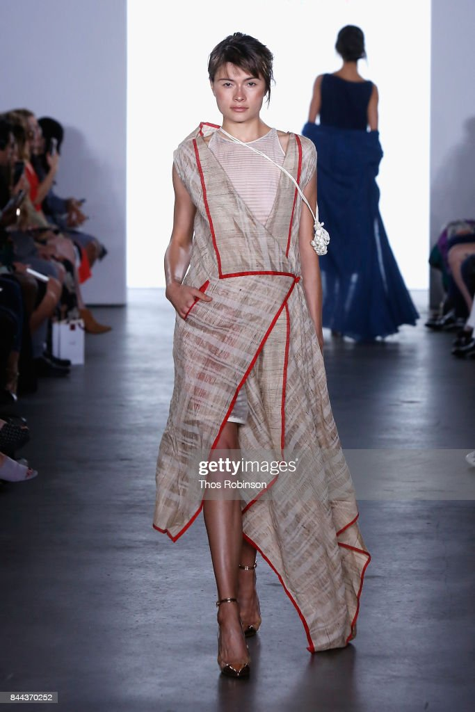model-walks-the-runway-for-vaishali-s-ss2018-runway-new-york-fashion-picture-id844370252