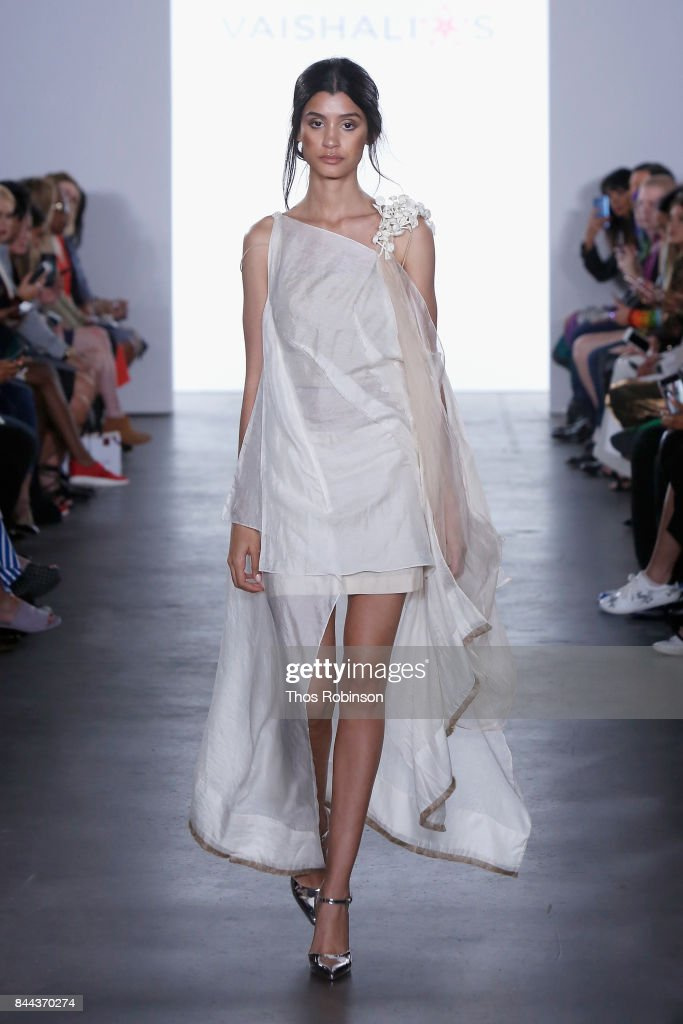 model-walks-the-runway-for-vaishali-s-ss2018-runway-new-york-fashion-picture-id844370274