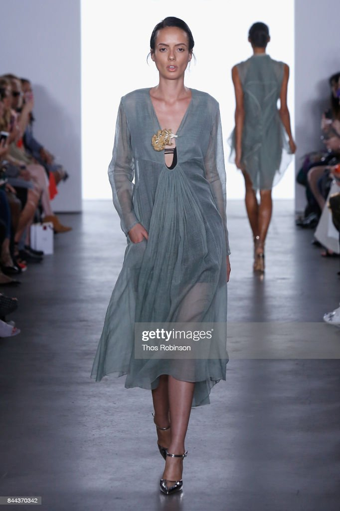 model-walks-the-runway-for-vaishali-s-ss2018-runway-new-york-fashion-picture-id844370342