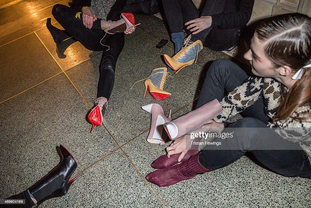 Туфли с красной подошвой слуги