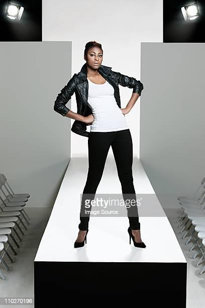 モデル、ブラックのレザージャケットで、ファッションキャットウォークを表示