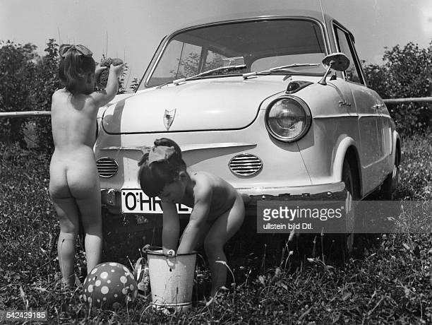 Modell 'Prinz' NSU Werke AG Neckarsulm zwei kleine Mädchen waschen das Autoauf einer Wiese oJ
