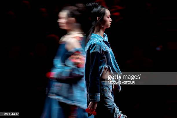 TOPSHOT Models display creations from the Chenwen studio collection by Chen Wen during China Fashion Week in Beijing on March 29 2017 / AFP PHOTO /...
