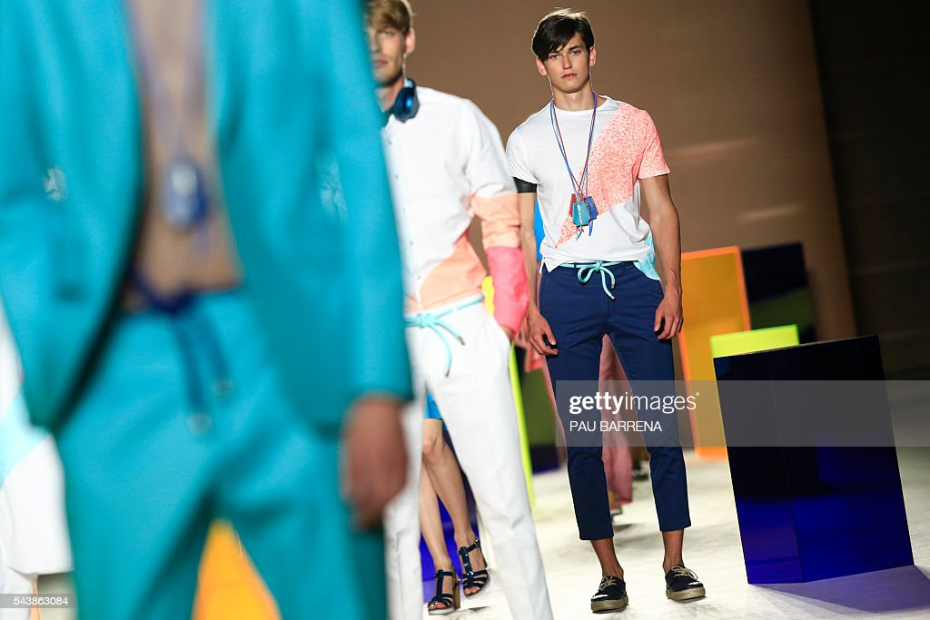 Models present creations by Antonio Miro during the 080 Barcelona spring-summer 2017 fashion week in Barcelona on June 30, 2016. / AFP / PAU