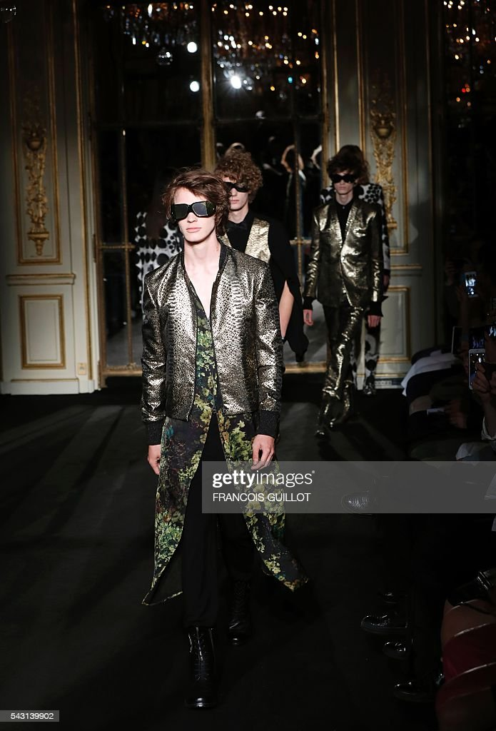 Models present creations by Rynshu during the men's Spring/Summer 2017 collection fashion show on June 26, 2016 in Paris. / AFP / FRANCOIS