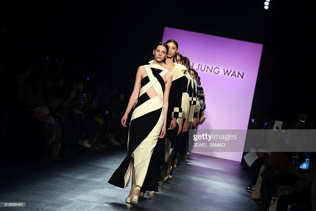 Models present creations by Son Jung Wan, during the Fall 2016 New York Fashion Week on February 13, 2016, in New York. / AFP / Jewel Samad