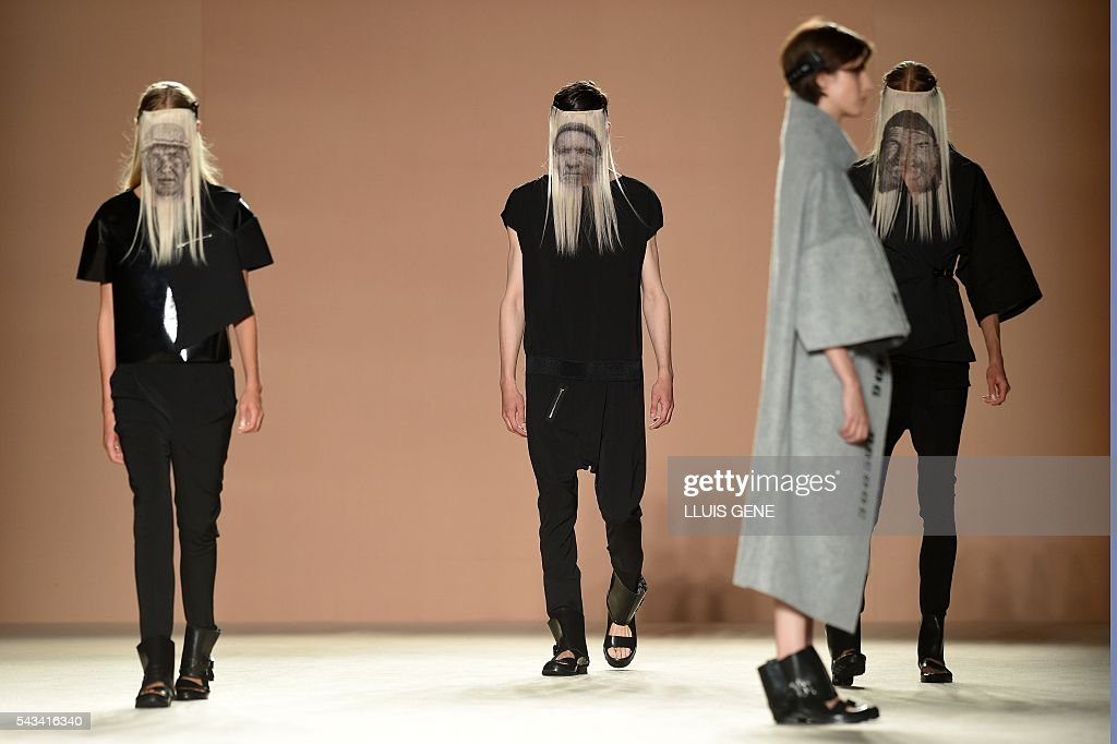 Models present creations by Txell Miras during the 080 Barcelona spring-summer 2017 fashion week in Barcelona on June 28, 2016. / AFP / LLUIS