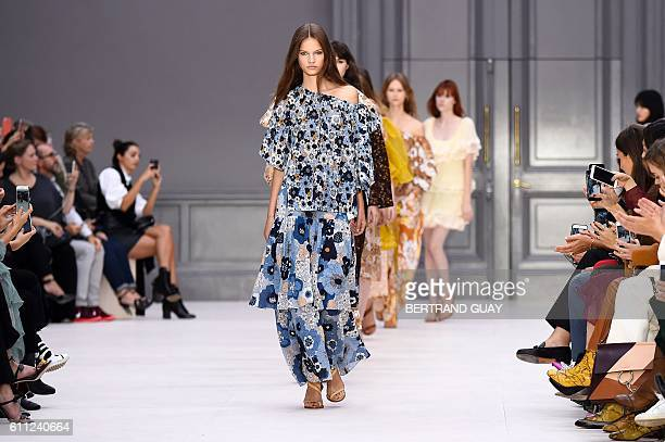 Models present creations for Chloe during the 2017 Spring/Summer readytowear collection fashion show on September 29 2016 in Paris / AFP / BERTRAND...