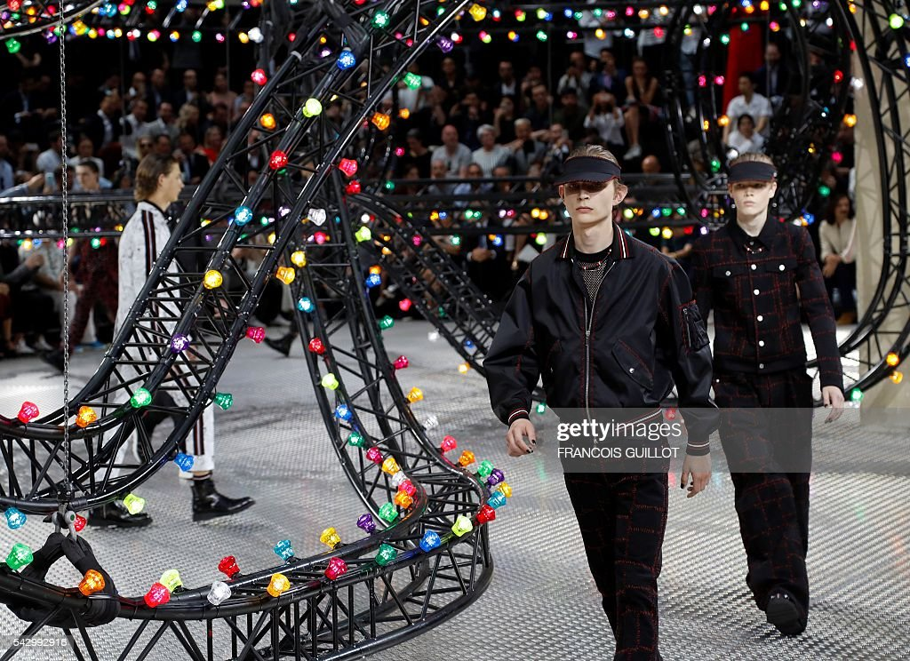 Models present creations for Dior, during the men Spring summer 2017 collection fashion show on june 25, 2016 in Paris. / AFP / FRANCOIS