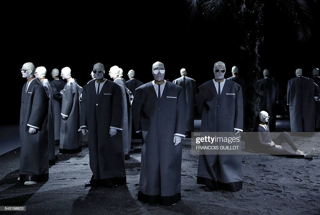 Models present creations for Thom Browne during the men's Spring/Summer 2017 collection fashion show on June 26, 2016 in Paris. / AFP / FRANCOIS