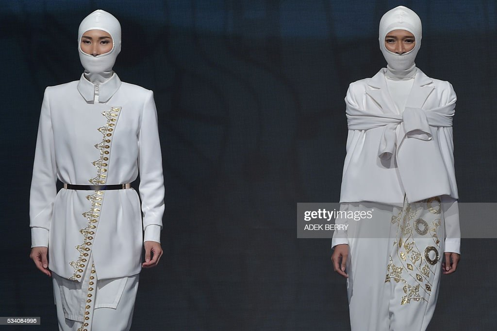 Models wear creations by Indonesian designer Dini Pratiwi Ira during the Muslim Fashion Festival in Jakarta on May 25, 2016. The Muslim Fashion Festival is held in Jakarta from May 25 - 29, ahead of the holy month of Ramadan that starts in Indonesia on June 6. / AFP / ADEK