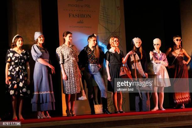 Models während der Eröffnung der Austellung FASHIONABLE IN COMMUNIST POLAND im Nationalmuseum von Krakau einem moderen Modekatalog basierund auf der...