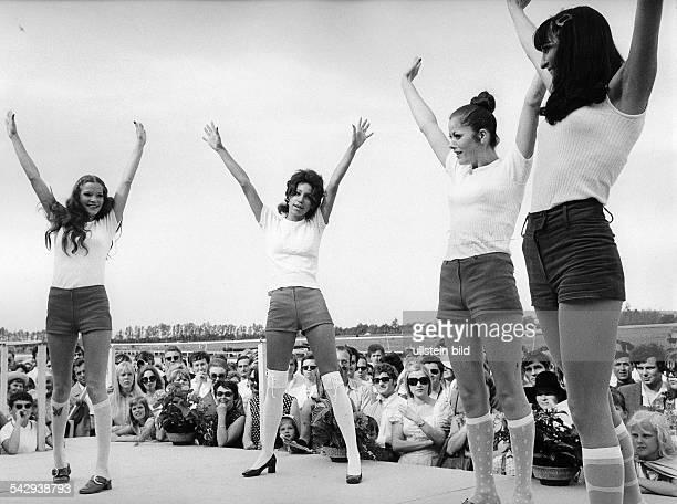 Modenschau auf dem Rennplatz MünchenWeisse TShirts Hot Pants und weisse Kniestrümpfe1971