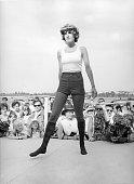 Modenschau auf dem Rennplatz Münchenweisses Top Hot Pants und Kniestrümpfe1971