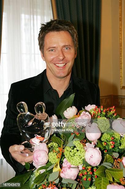 Moderator Jörg Pilawa Mit Dem Preis Beim Ersten 'Fleurop Emotion Award 2005' Im Hamburger Übersee Club EV Am 090305