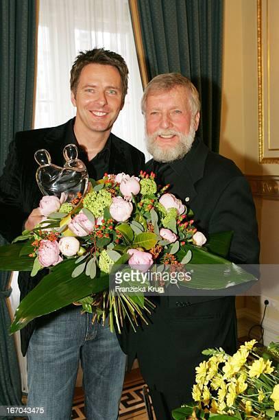 Moderator Jörg Pilawa Und Ludwig Angeli Mit Dem Preis Beim Ersten 'Fleurop Emotion Award 2005' Im Hamburger Übersee Club EV Am 090305
