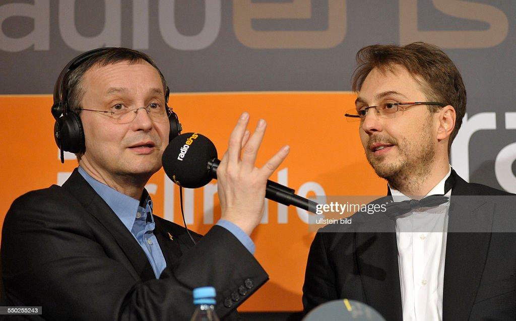 Moderator Knut Elstermann und Regisseur Calin Peter Netzer mit dem Goldenen Bären für den rumänischen Film Child's Pose anlässlich des RadioEins...