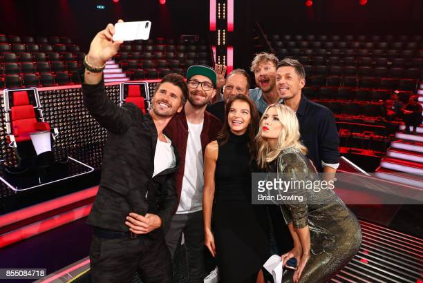 Moderator Thore Schoelermann takes a selfie with judges Mark Forster writer Smudo Samu Haber Michi Beck Yvonne Catterfeld and moderator Lena Gercke...