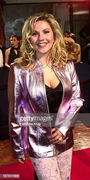 Moderatorin Aleksandra Bechtel Bei 'Bambi' 2001 Verleihung In Berlin