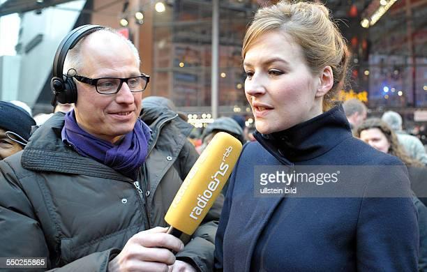 Moderatorin Katrin Bauerfeind und Moderator Volker Wieprecht am RandioEinsStand anlässlich der 62 Internationalen Filmfestspiele in Berlin