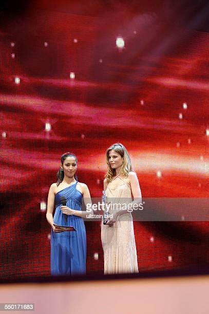 Moderatorin Sumitra Sarma und Schauspielerin Sylvia Hoeks mit dem Shooting Star Award aus der Hand von Schauspieler Ralph Fiennes während der 61...