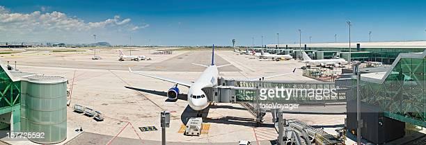 モダンな空港のパノラマが飛行機ジェットブリッジのターミナル